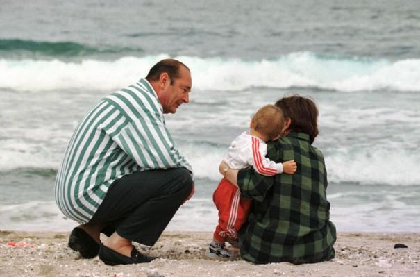 Jacques Chirac, sa fille Claude et son petit-fils Martin, le 4 août 1997, sur l'île de la Réunion.