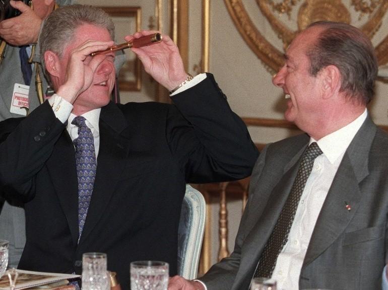 Avec le président américain Bill Clinton, le 27 mai 1997, à l'Elysée. (AFP PHOTO / LUKE FRAZZA)