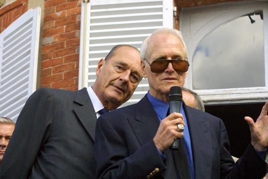 Le 17 septembre 2001 à Echouboulains, avec l'acteur américain Paul Newman, lors de l'inauguration du centre Henri Tezenas du Montcel, spécialisé dans les maladies infantiles graves. © AFP PHOTO PATRICK KOVARIK