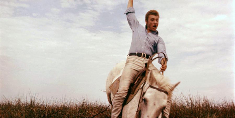 Johnny sur le tournage de D'ou? viens-tu Johnny (1963). Photographie de Claude Schwartz.